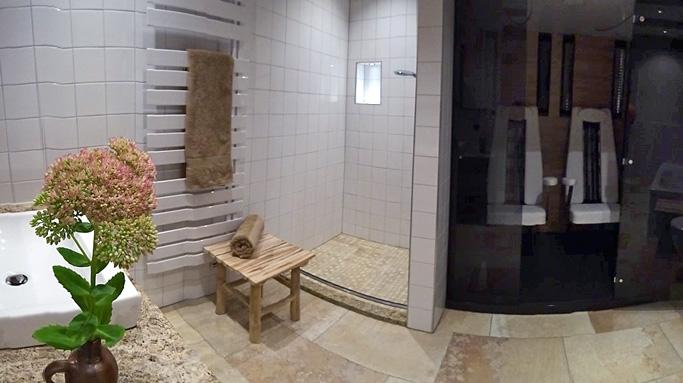 In Unmittelbarer Nähe Zu Den Beiden Schlafzimmern Befinden Sich Auf Dieser  Etage Zwei Badezimmer Mit 8 Bzw. 15 Qm.